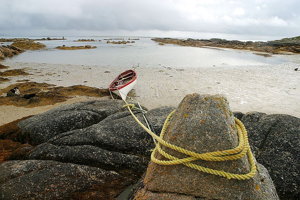 Nothing much happens on the Island: the sea, depleted of all its wealth by overfishing, is nearly bare of fishes; only a handful of locals are still fishing, mainly seasonally and in small punt ; a lot of the bigger boats are rotting on the island; Arranmore people have always immigrated to Scotland or the North of England; a lot of them come back to build a new house or to repair the ancestral home; they are an incredibly friendly people; during the famine three hundred of them were evicted by the landlord and deported to Canada; they left on the 24th of April 1851 and arrived in Quebec on June 5th of the same year; none of them died in transit; in the summer of 1856, most of the settled in Beaver island on lake Michigan ; in March 2003, a hundred inhabitants of Beaver island came back to Arranmore for the first time for the twinning of the two islands - It was very emotional.