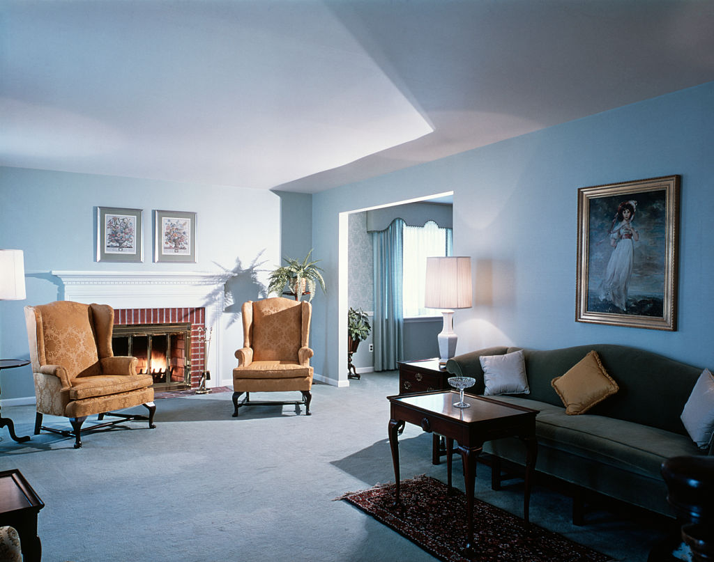 1990s LIVING ROOM BLUE WALL TO WALL CARPETING ENGLISH TRADITIONAL FURNITURE  (Photo by H. Armstrong Roberts/ClassicStock/Getty Images)