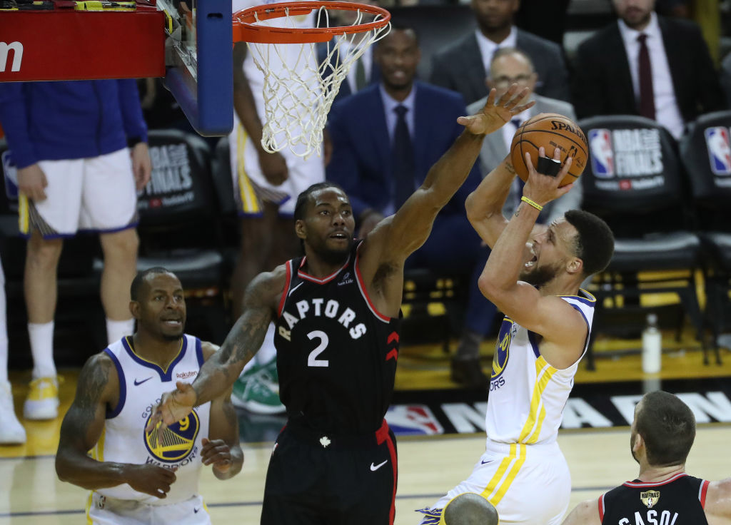 Toronto Raptors forward Kawhi Leonard defends against Golden State Warriors guard Stephen Curry (30) as the Toronto Raptors beat the Golden State Warriors in game three of the NBA Finals in Oakland on June 5, 2019.