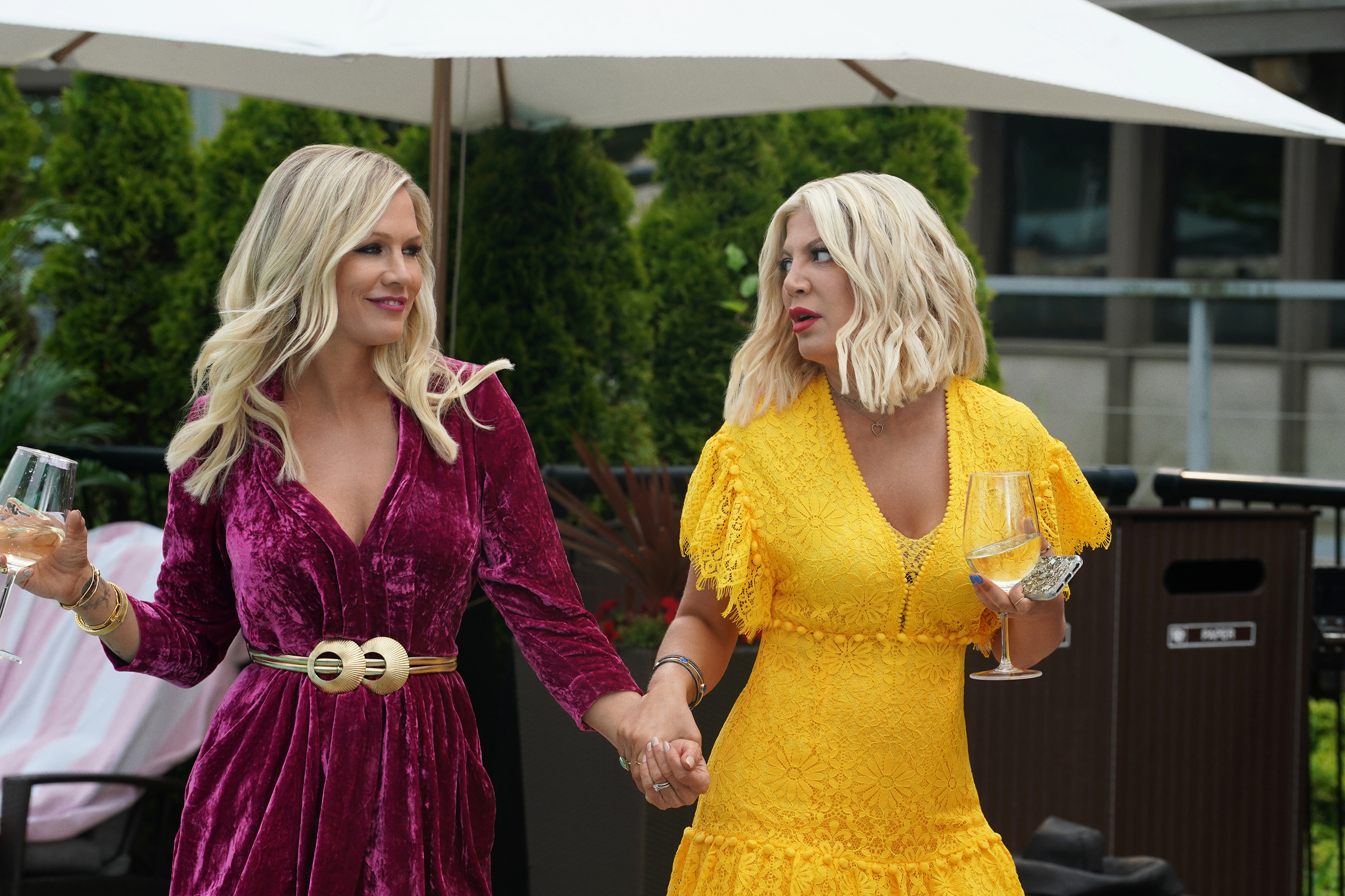 Jennie Garth (left) and Tori Spelling in 'BH90210'