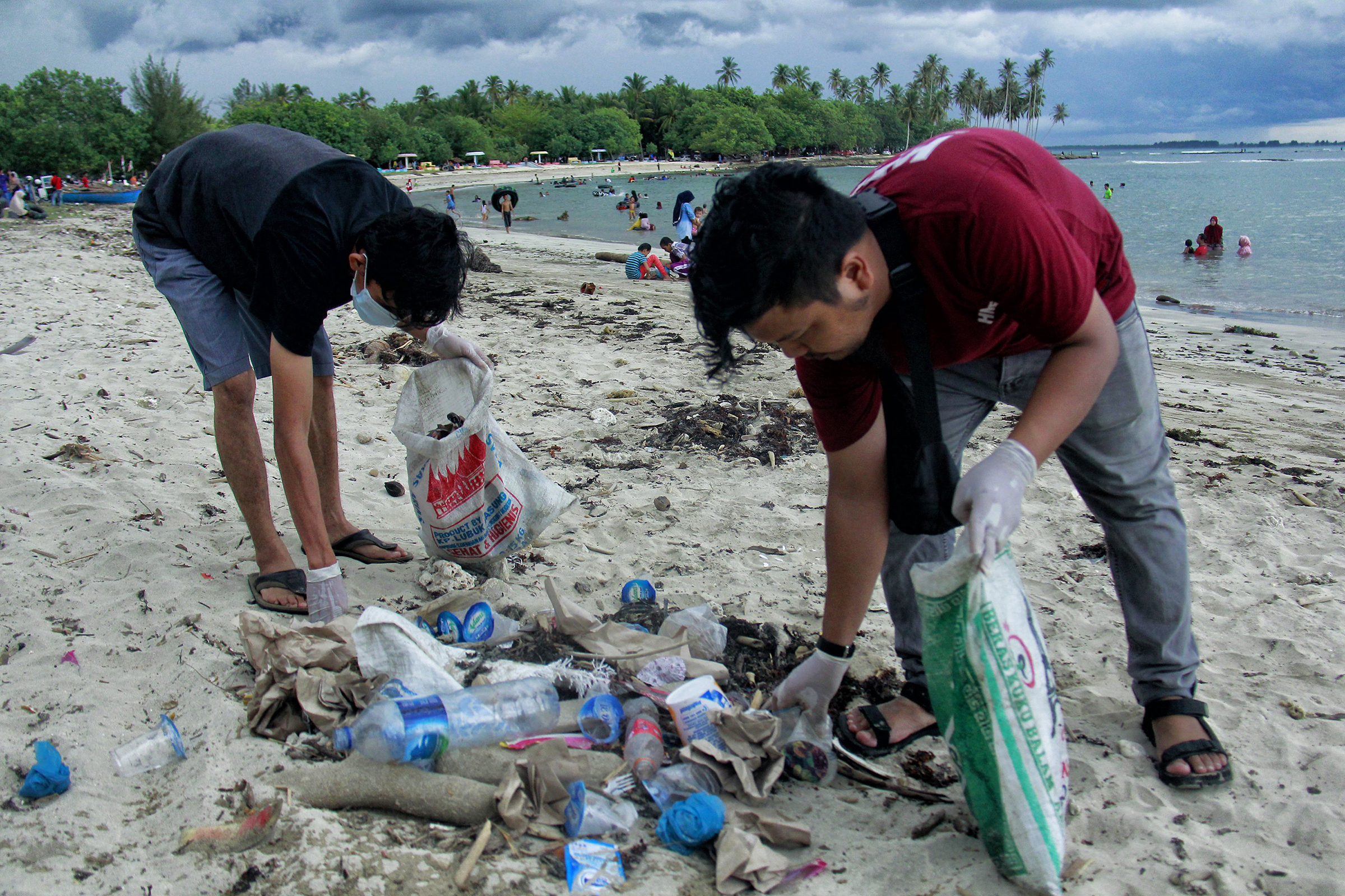 Students from the Environmental Care Movement (GPL) clean up rubbish on the Coastal Tourism Area of Lhok Bubon, in Indonesia on Aug.18, 2019.