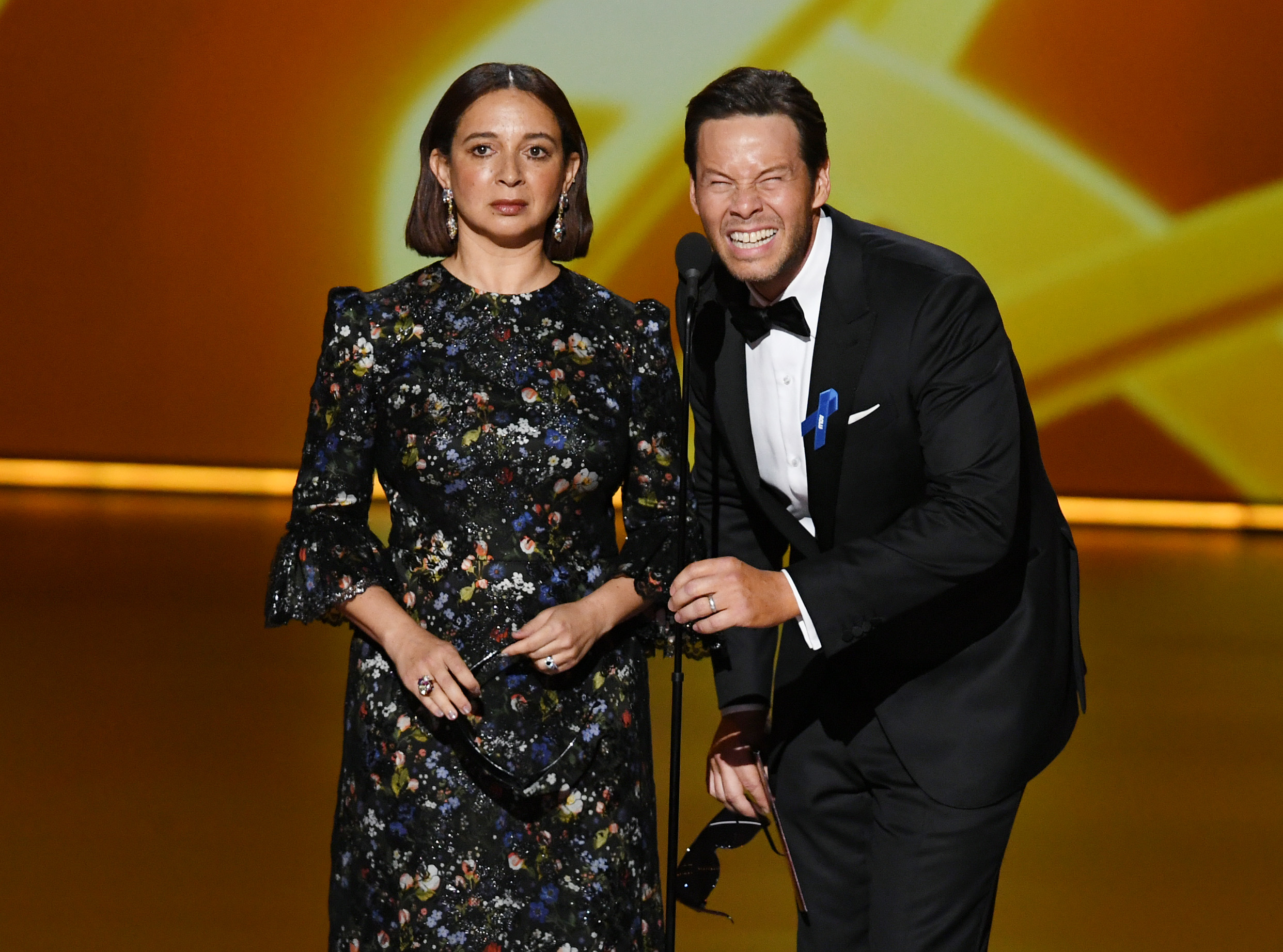 Maya Rudolph and Ike Barinholtz pretend to have just gotten Lasik surgery, rendering them unable to read the teleprompter.