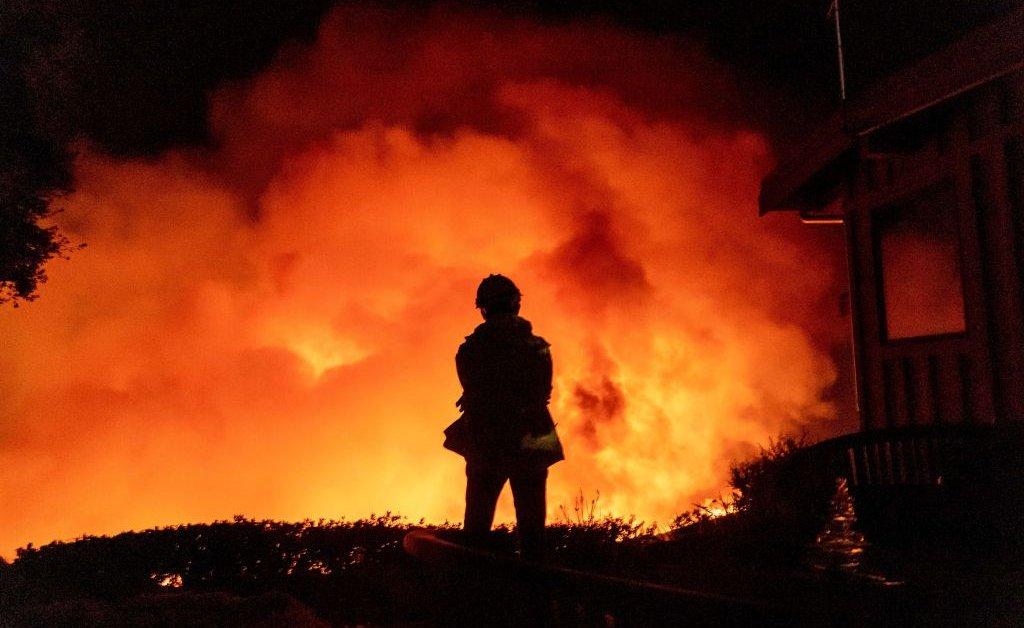 Новый лесной пожар угрожает Южной Калифорнии в День благодарения. Вот что нужно знать thumbnail