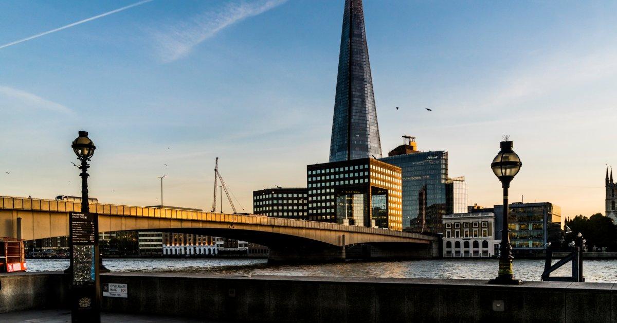 Сообщения о выстрелах, выпущенных по Лондонскому мосту thumbnail