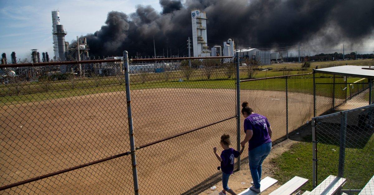Эвакуационный ордер отменен, поскольку огромный пожар на заводе в Южном Техасе «содержится» thumbnail