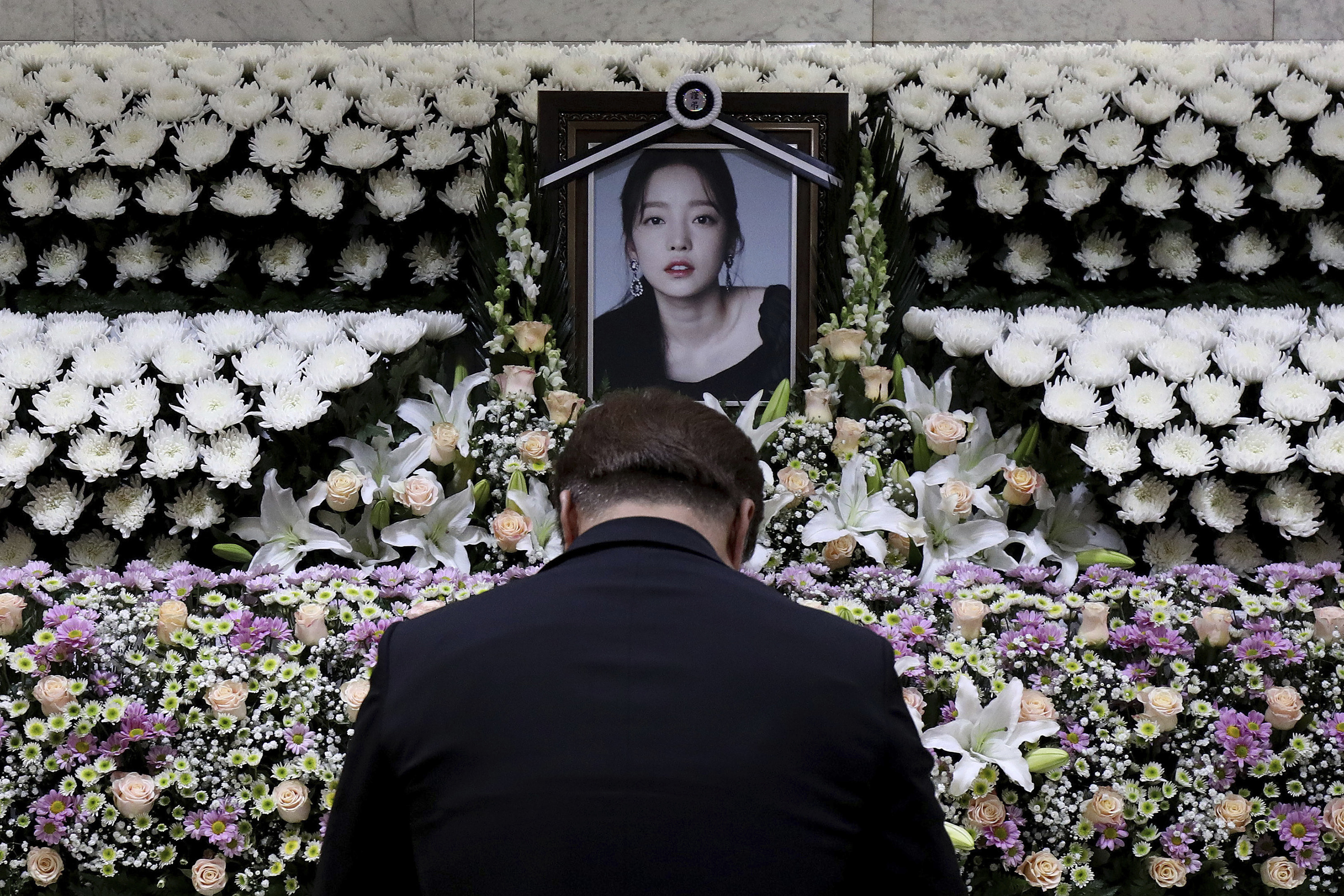 A South Korean man pays tribute to K-pop star Goo Hara at a memorial altar at the Seoul St. Mary's Hospital in Seoul on Nov. 25, 2019.