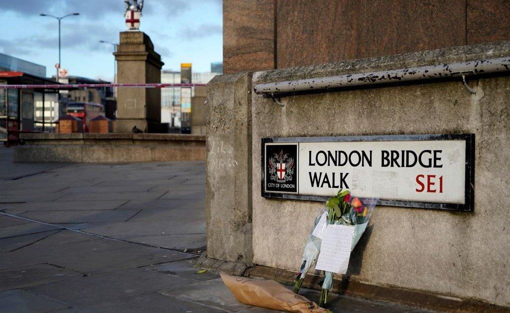Наблюдатели покорили предполагаемого лондонского мостика. Один из них, по сообщениям, был польским иммигрантом, вооруженным только клыком нарвала. thumbnail