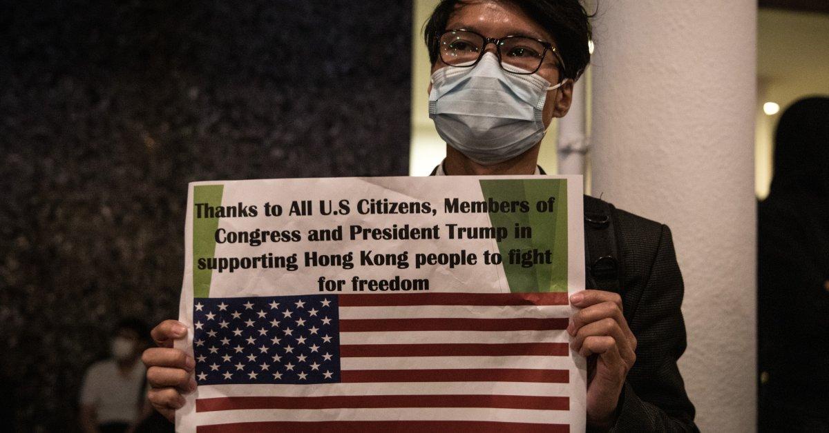 «Серьезное вмешательство,« нарушение международного права ». Китай реагирует на подписанные Трампом законопроекты в поддержку автономии Гонконга, права человека протестующих thumbnail