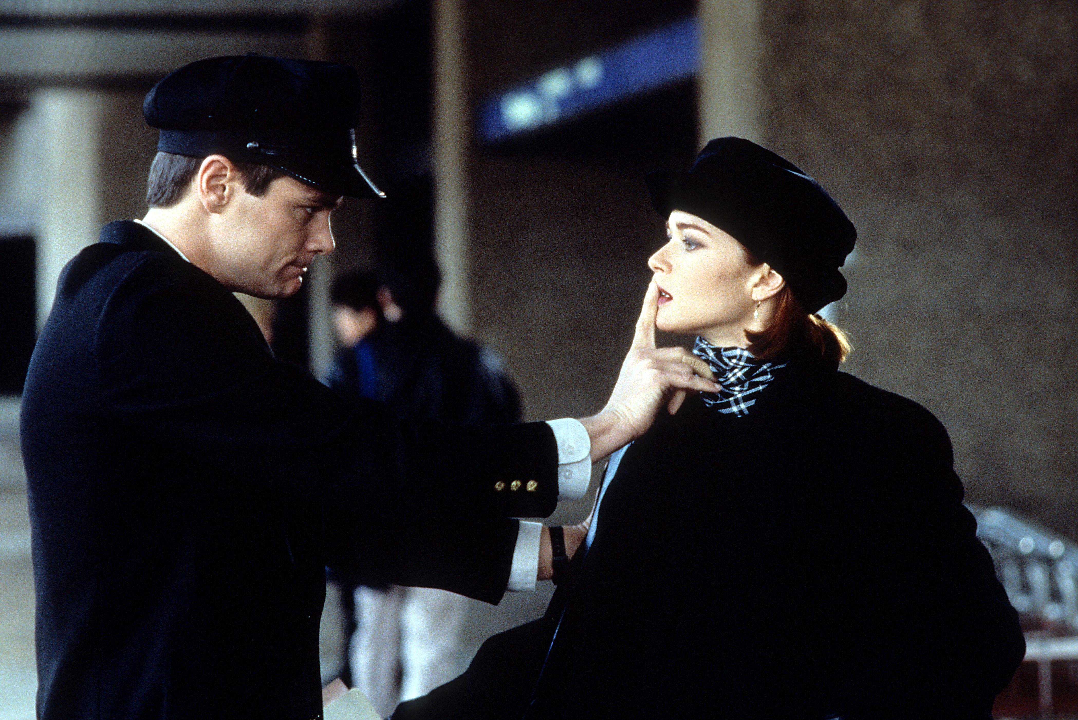 Jim Carrey silencing Lauren Holly in a scene from 'Dumb & Dumber.'
