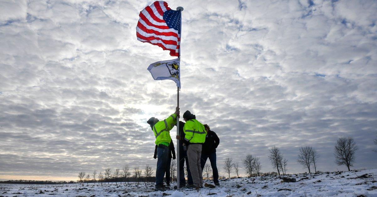Национальная гвардия Миннесоты опознает 3 солдат, погибших при крушении вертолета thumbnail