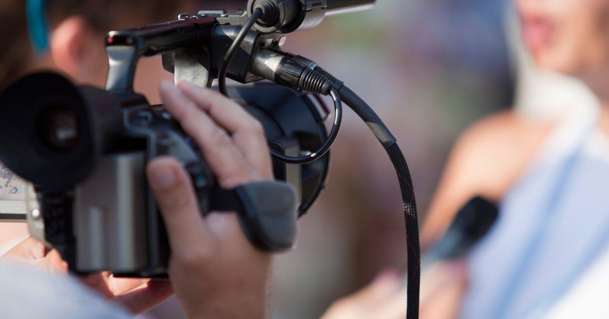 Женщина-репортер зовет бегун, который нащупал ее, когда она была на телевидении thumbnail