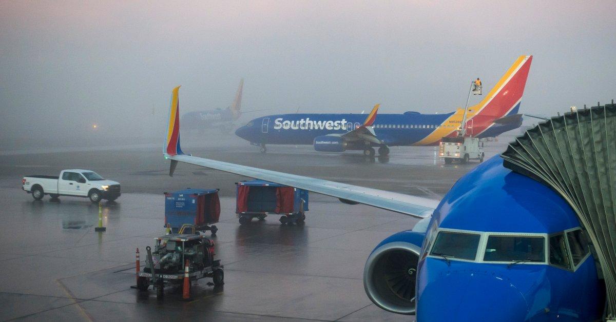Густой туман вызывает отмену рейсов и мутный беспорядок на дорогах для путешественников на Среднем Западе thumbnail
