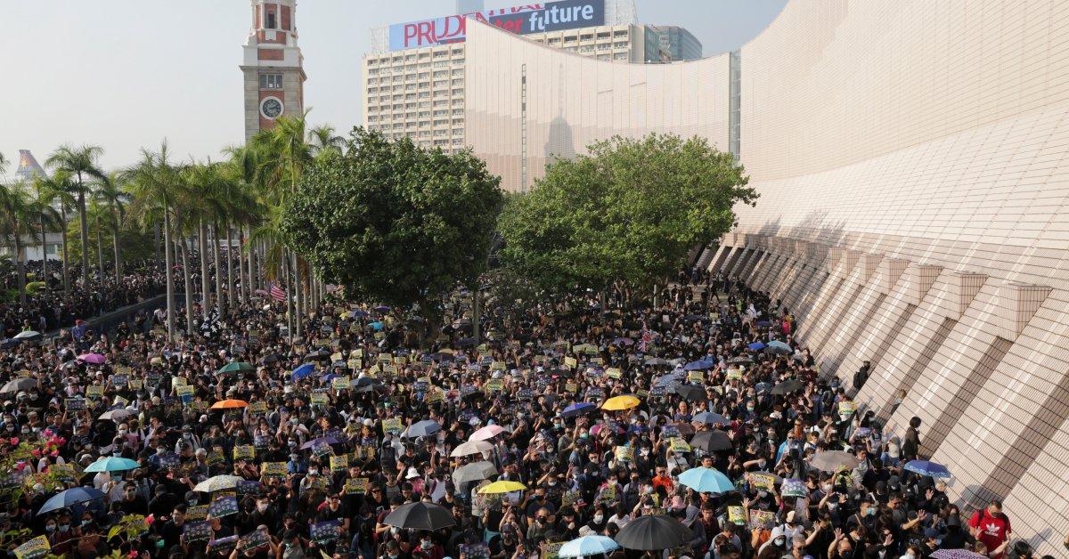 Дымовые бомбы и разрыв слезоточивого газа стали причиной насилия в связи с протестами за демократию в Гонконге thumbnail