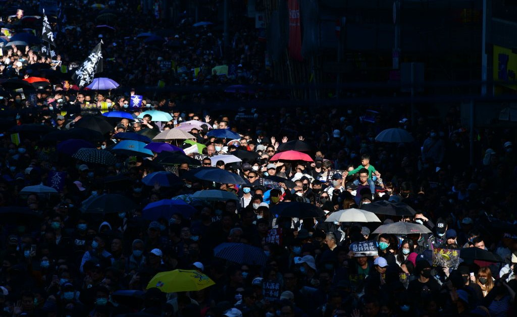 «Мы должны продолжать борьбу». Тысячи протестующих из Гонконга возвращаются на улицы в течение полугода марта thumbnail