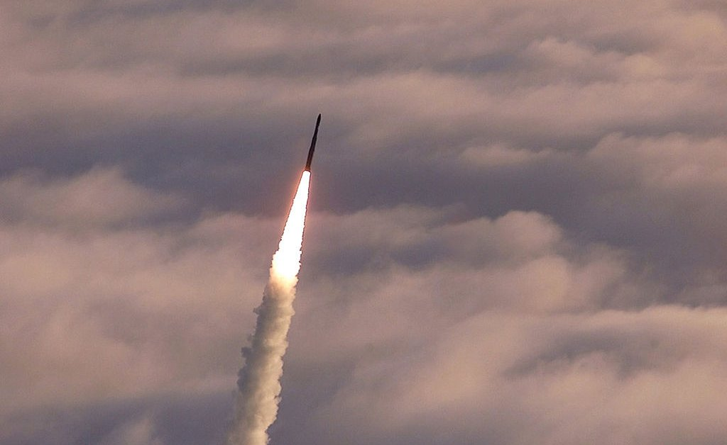 Пентагон испытывает баллистическую ракету длительного действия над Тихим океаном thumbnail