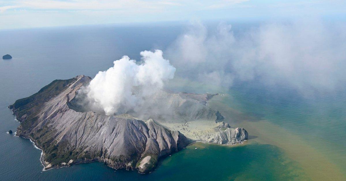 По меньшей мере пять погибших на вулканическом острове Новой Зеландии после извержения thumbnail