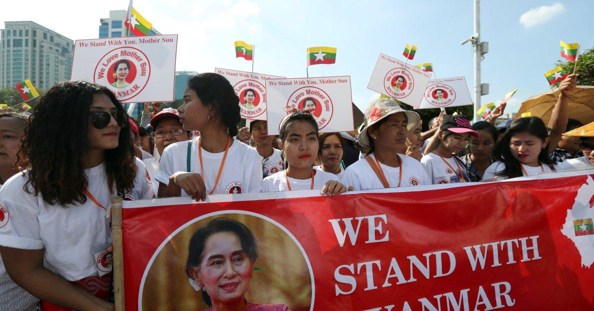 Сотни людей в Мьянме в поддержку Су Чжи накануне слушаний о геноциде в США thumbnail