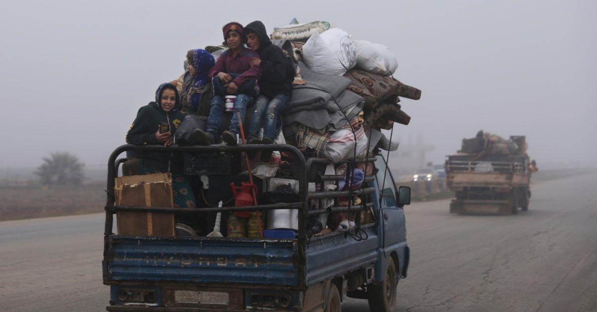 Сирийские гражданские лица бегут в военное наступление на последний оплот повстанцев thumbnail