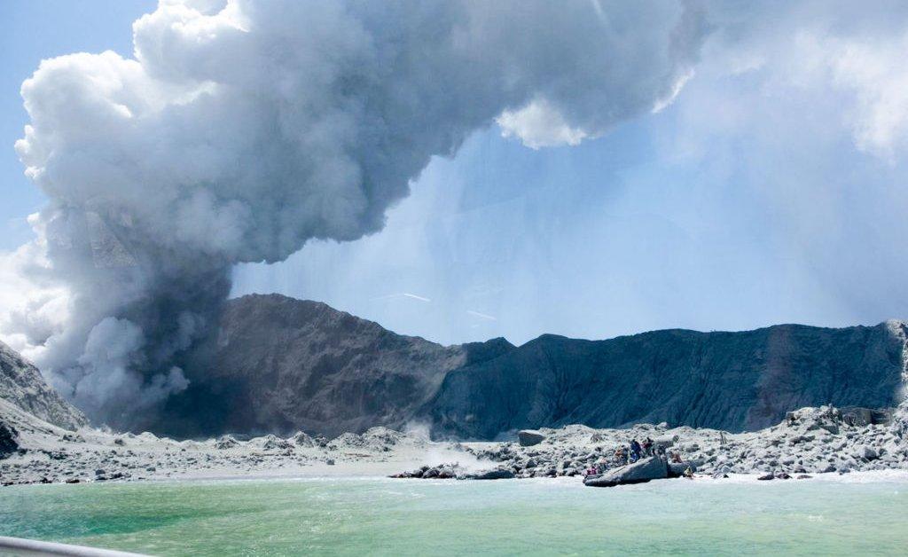 Американский гражданин умер после ранения в результате извержения вулкана в Новой Зеландии thumbnail