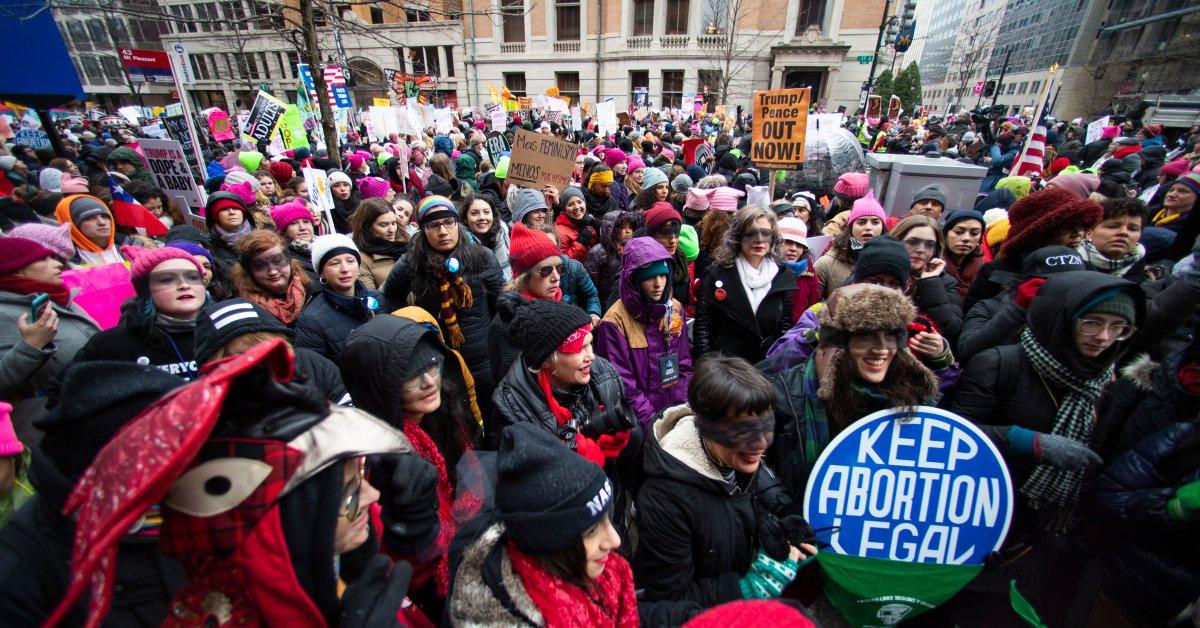 Тысячи людей собираются на мартовские митинги женщин в США thumbnail