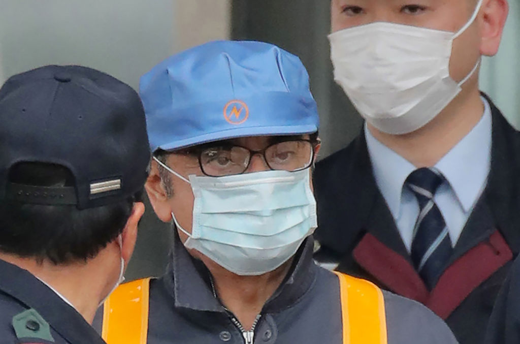 Former Nissan chairman Carlos Ghosn leaves the Tokyo Detention House disguised as a worker following his release on bail in Tokyo on March 6, 2019. - Ghosn posted bail of 1 billion yen (9 million USD) in cash on March 6, paving the way for his release from the Tokyo detention centre after more than three months in custody.