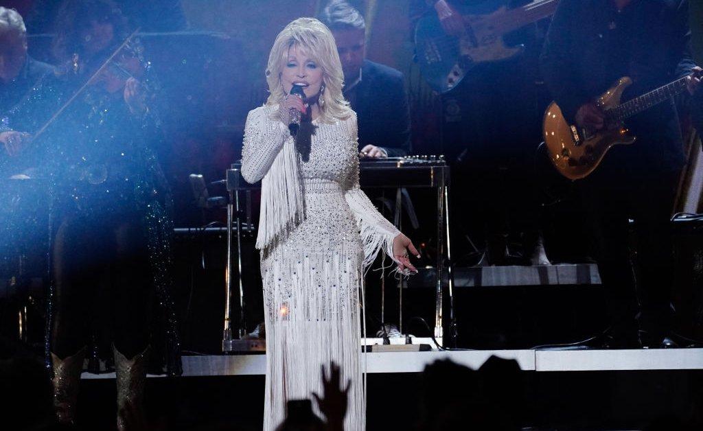 Dolly Parton Challenge освещает Интернет и нашу жизнь с 4 версиями каждого из нас thumbnail