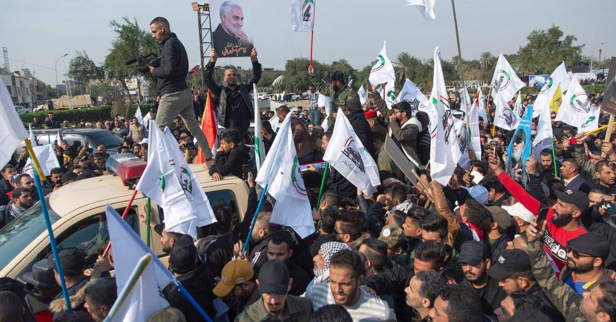 Тысячи в Ираке прошли в похоронной процессии для иранского генерала, убитого США thumbnail