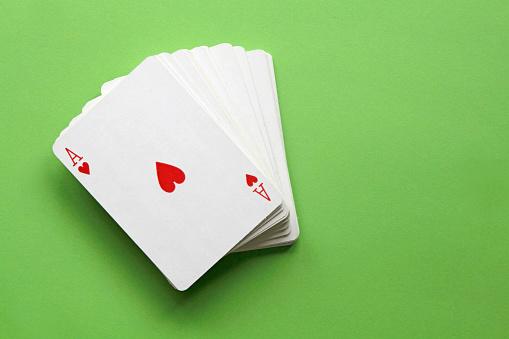 Казуальная карточная игра в центре трафика выглядит как приятный способ скоротать время thumbnail