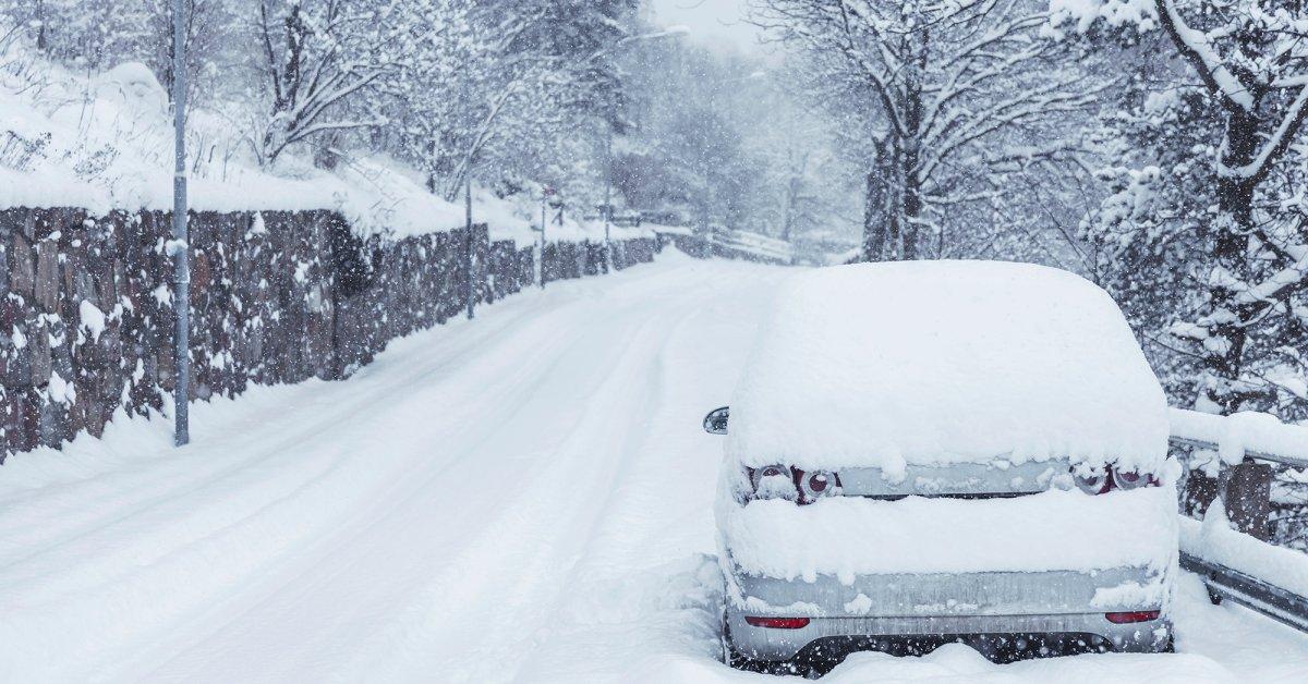 Женщина недовольна тем, что после ухода из открытого окна машина засыпается снегом thumbnail