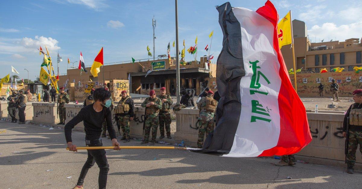Поддерживаемые Ираном милиционеры покидают посольство США в Багдаде, но напряженность остается высокой thumbnail