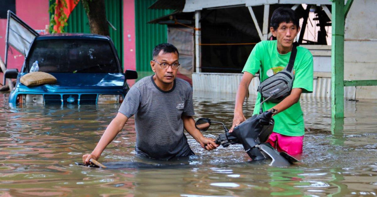 Число погибших в результате наводнений в Индонезии достигло 43 - почти 400 000 перемещенных лиц thumbnail