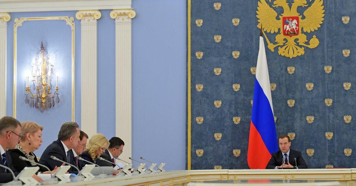Доклад: премьер-министр России подал в отставку Путину thumbnail