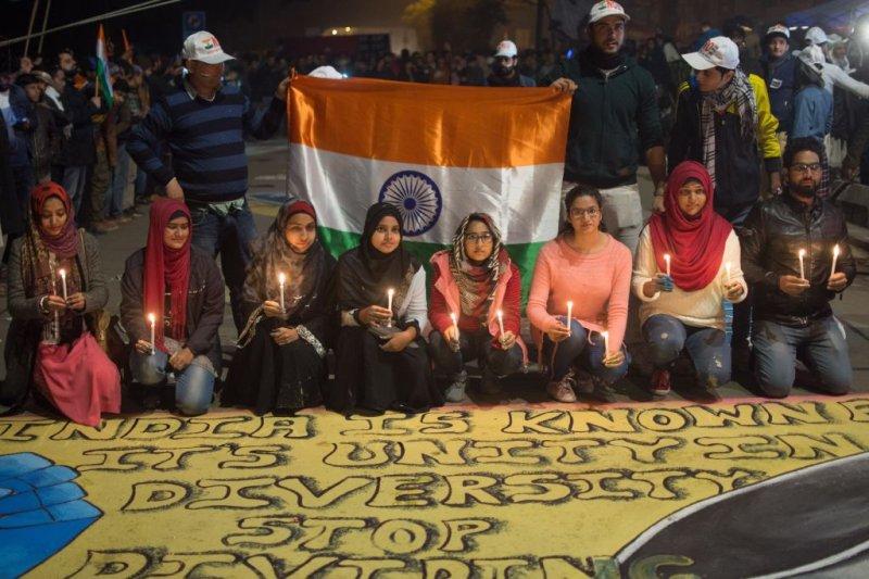 Des artistes ont réalisé des peintures murales anti-CAA et d'autres installations artistiques sur la route du blocus au cours de la manifestation de sit-in d'une semaine dirigée par des femmes de Shaheen Bagh contre la Citizenship Amendment Act, 2019 à Delhi, en Inde, le 12 janvier 2020.