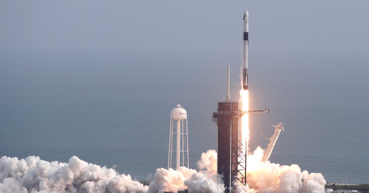 SpaceX запускает и уничтожает ракету в испытании на бегство астронавтов thumbnail
