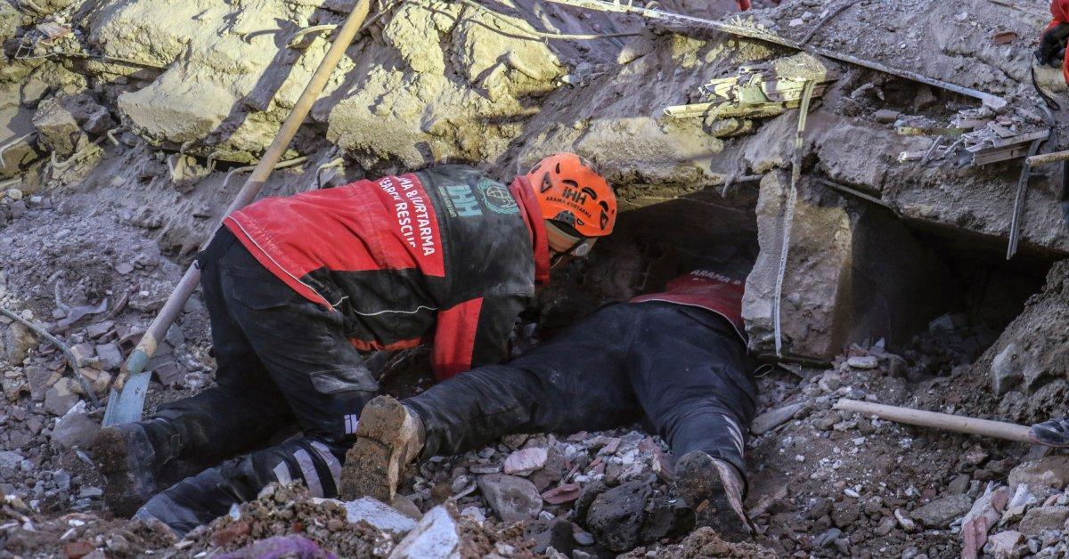 Турецкие спасательные команды вытаскивают выживших из-под обломков, поскольку в результате землетрясения погибло 38 человек thumbnail