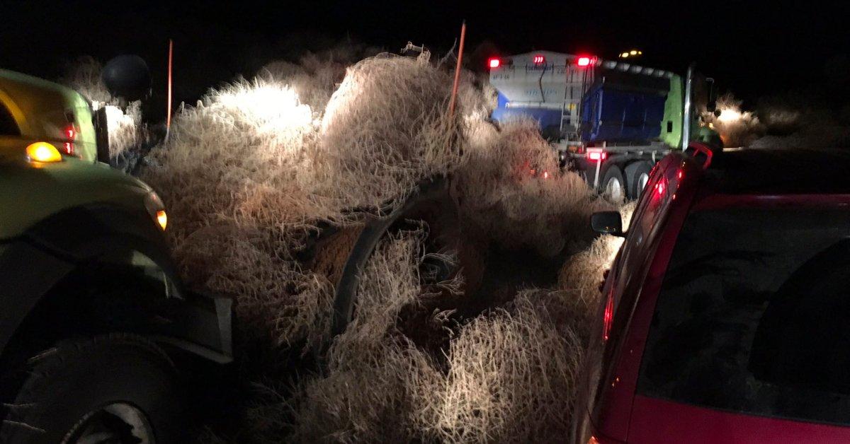 Шоссе штата Вашингтон закрылось после того, как автомобили, запертые в пачках, высотой до 15 футов thumbnail