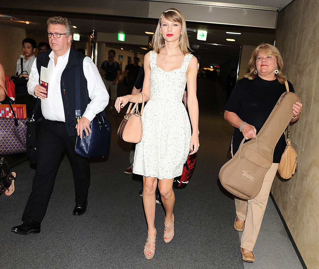 Taylor Swift with father Scott Swift (left) and mother Andrea Swift  (right) are seen upon arrival at Narita International Airport on May 31, 2014 in Narita, Japan.