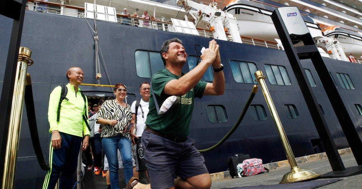 Круизный лайнер сотен пассажиров высадился в Камбодже после того, как ему было отказано во въезде в 5 стран из-за опасений COVID-19 thumbnail