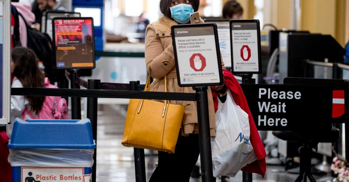 Офицеры TSA в аэропортах США подвергаются страху из-за роста случаев коронавируса thumbnail