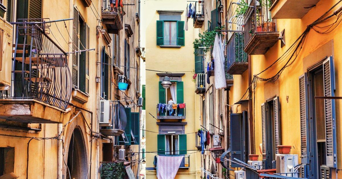 Карантин итальянцы объединяются в песне с балконов во время блокировки коронавируса thumbnail