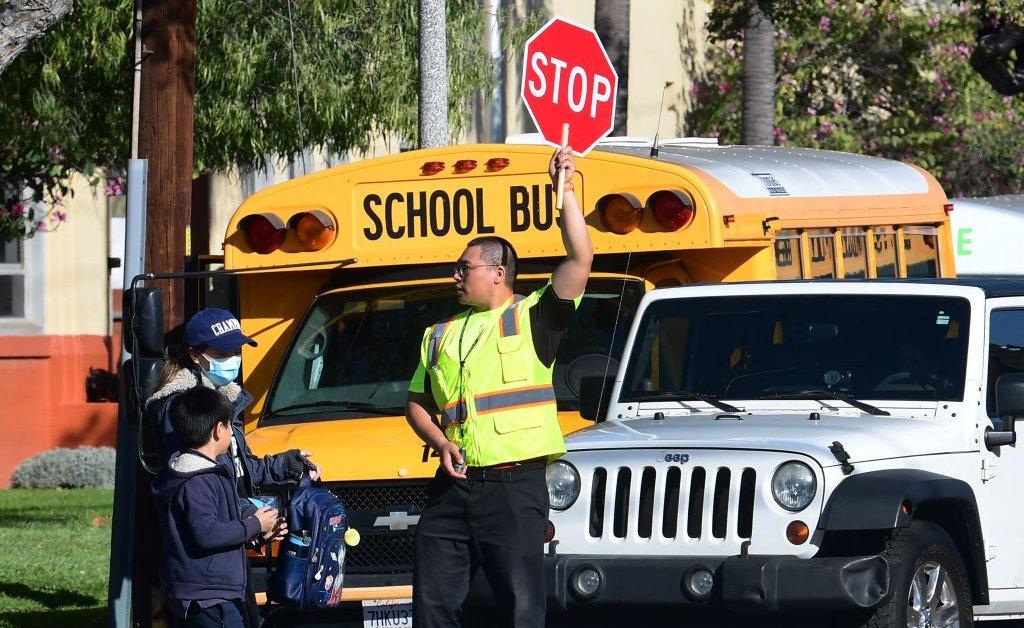 Губернатор Калифорнии говорит, что большинство школ останутся закрытыми до падения на фоне коронавируса thumbnail