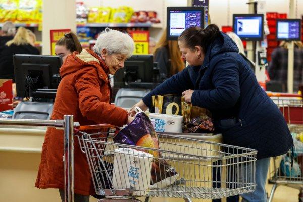 Coronavirus Making Shopping Hard For Seniors So Stores Changing Hours To Accommodate Them – CBS Miami
