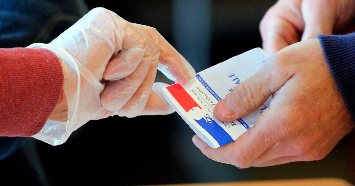 Франция проводит местные выборы, несмотря на опасения вспышки COVID-19 thumbnail