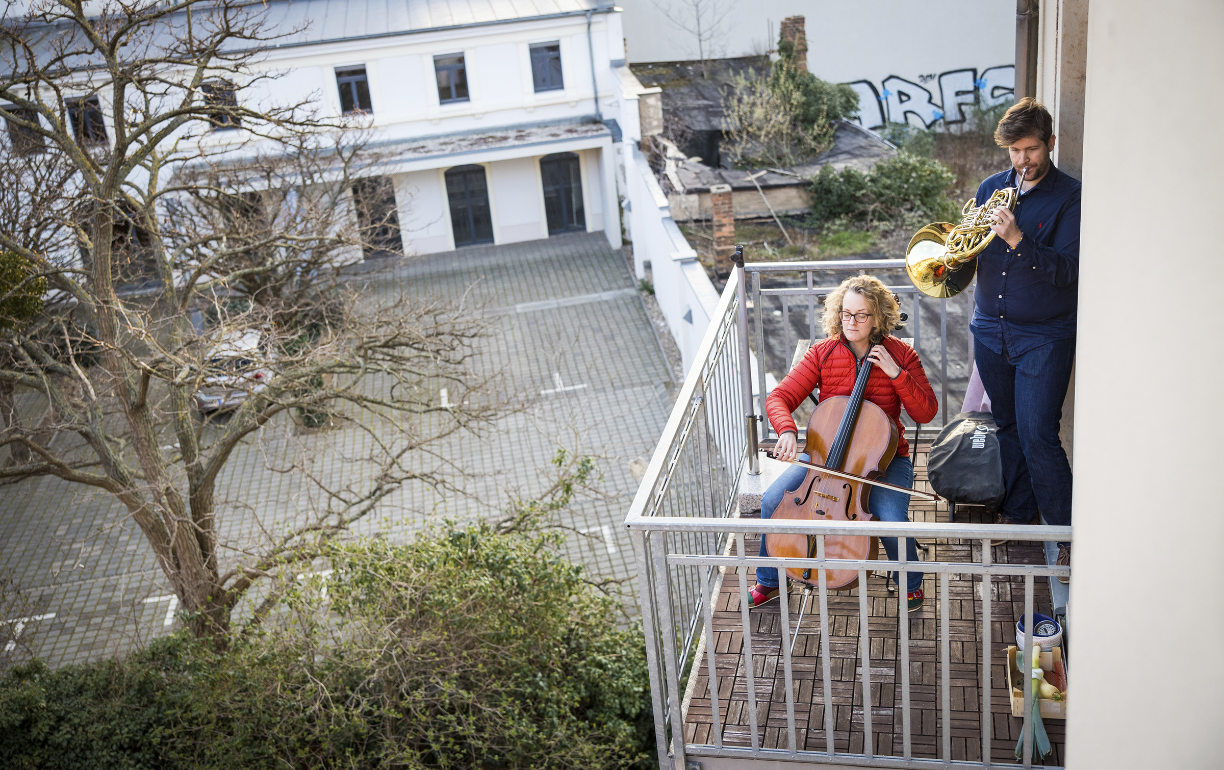 The musical couple Karoline Strobl and Zolt'n M'csai play the  Ode to Joy  with cello and horn on their balcony in Germany.