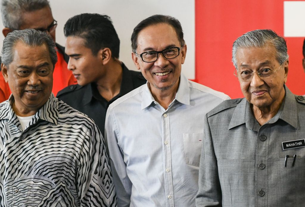 Malaysia's Prime Minister Mahathir Mohamad (R), politician Anwar Ibrahim (C) and Minister of Home Affairs Muhyiddin Yassin leave after a press conference in Kuala Lumpur on June 1, 2018.