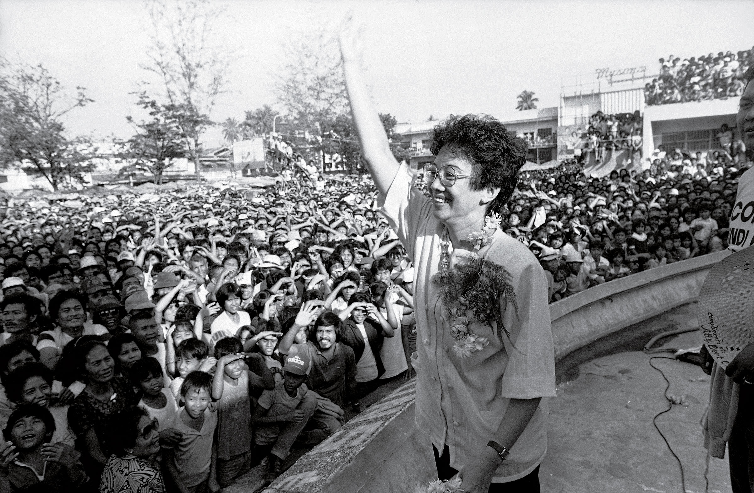 Opposition presidential candidate Corazon Aquino waves back at the crowd upon arrival for a campaign rally Jan. 20, 1986.