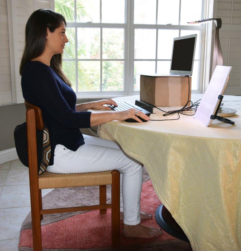 A nora do autor demonstra postura ergonômica ideal.