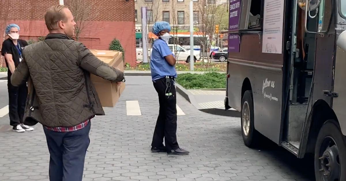 Часы: владелец магазина сэндвичей в Нью-Йорке рассказывает о том, как доставить обед работникам больницы на линии фронта COVID-19 thumbnail