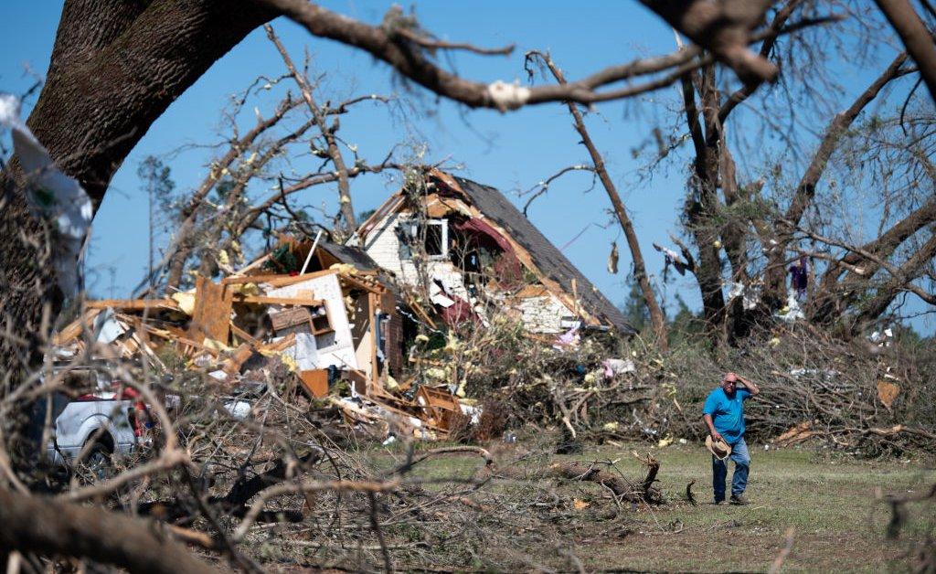 Сильные штормы обрушились на юг США, так как регион готовится к возможным торнадо и наводнениям thumbnail