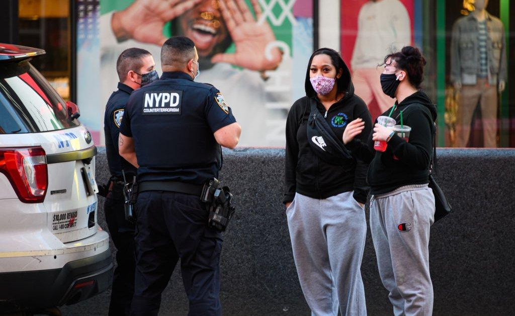Мэр Нью-Йорка объявляет, что полиция Нью-Йорка свернет правоприменение в социальной сфере thumbnail